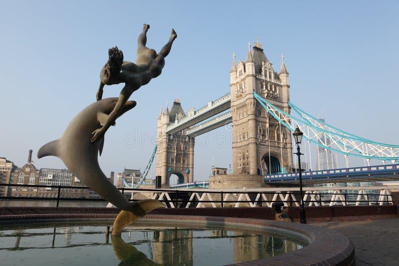 Sculpture en fille et en dauphin dans la ville Angleterre de Londres images libres de droits