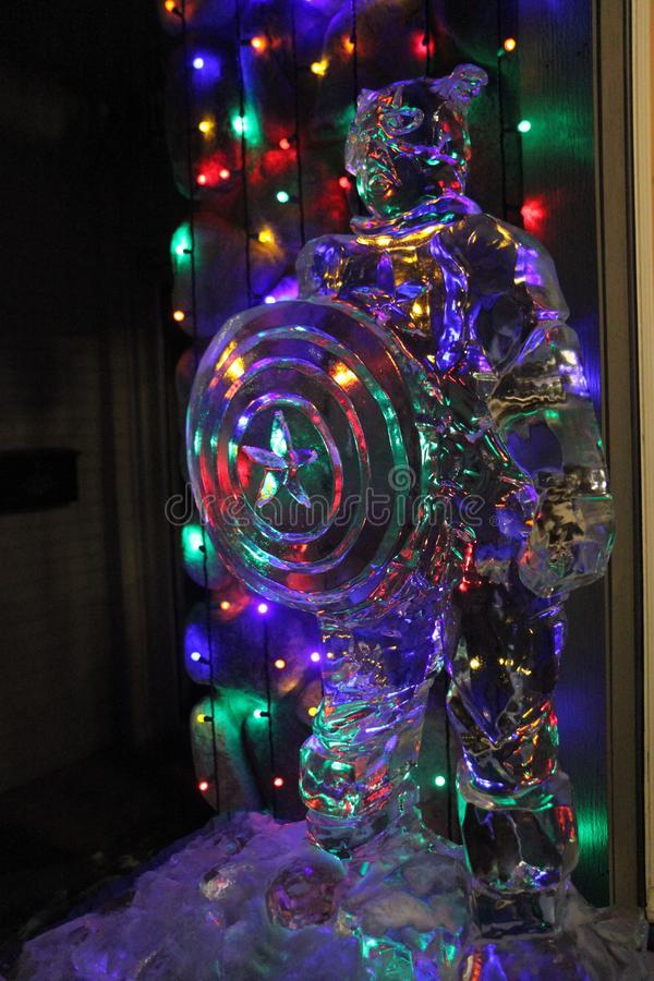Sculpture en glace de capitaine America devant des lumières de Noël photo libre de droits