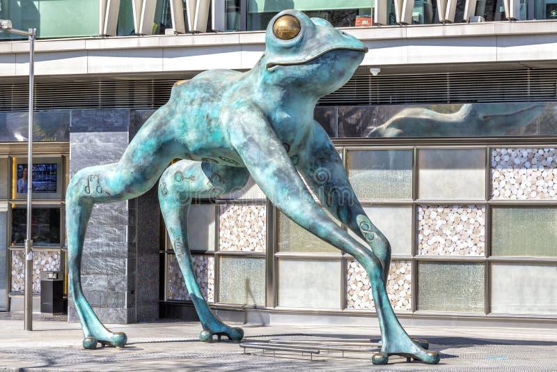 Sculpture en grenouille devant le casino à Madrid photo stock