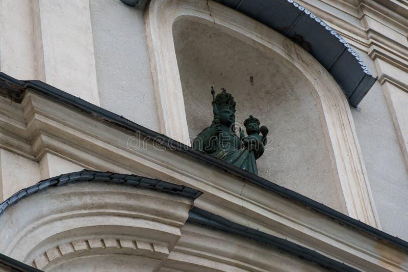 Sculpture en Jésus de bébé de participation de St Mary sur l'église locale photo libre de droits