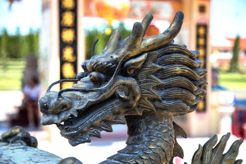 Sculpture en laiton d'une tête de dragon images libres de droits