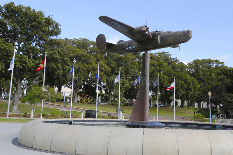 Sculpture en libérateur B-24 au jardin d'air dans le jardin commémoratif de vétérans au parc de Balboa à San Diego photographie stock