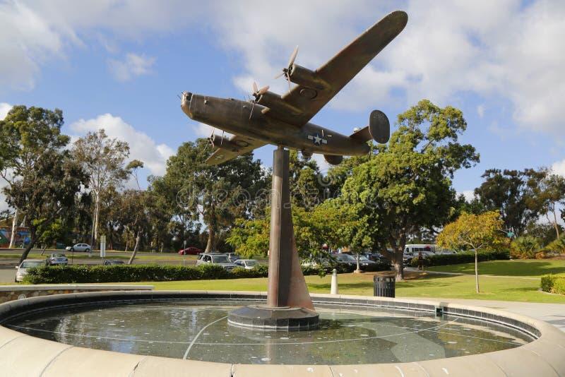 Sculpture en libérateur B-24 au jardin d'air dans le jardin commémoratif de vétérans au parc de Balboa à San Diego photo stock