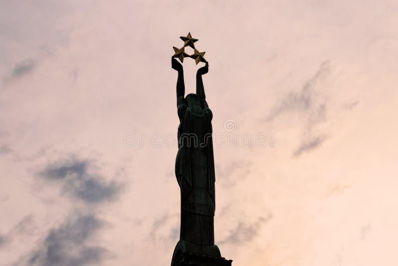 Sculpture en liberté à Riga Lettonie au coucher du soleil photo libre de droits