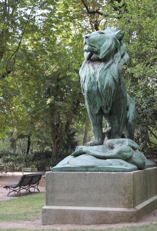 Sculpture en lion au jardin du luxembourg photo stock for Arbres jardin du luxembourg
