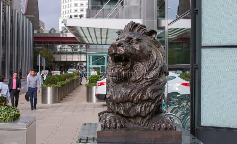 Sculpture en lion devant l'entrée de bureau à Canary Wharf Londres image libre de droits