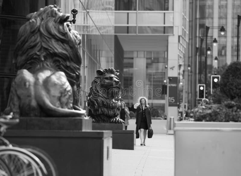 Sculpture en lion devant l'entrée de bureau à Canary Wharf Londres images stock