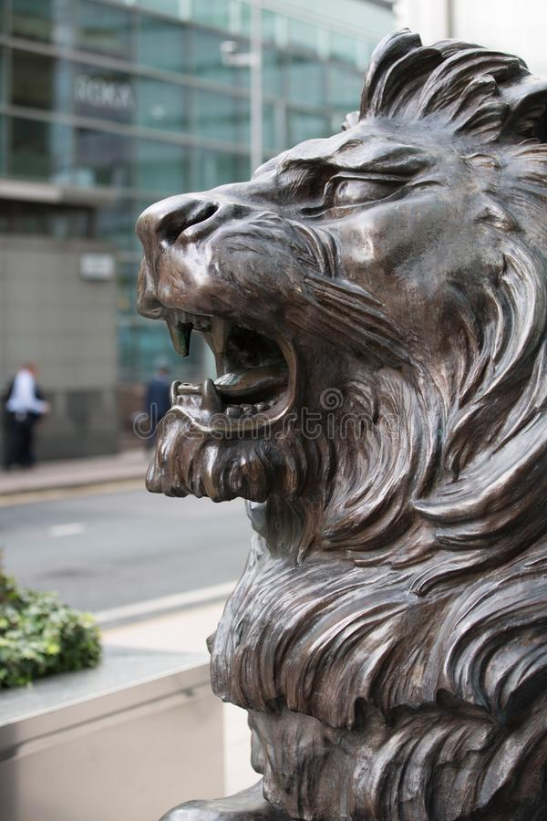 Sculpture en lion devant l'entrée de bureau à Canary Wharf Londres photo stock