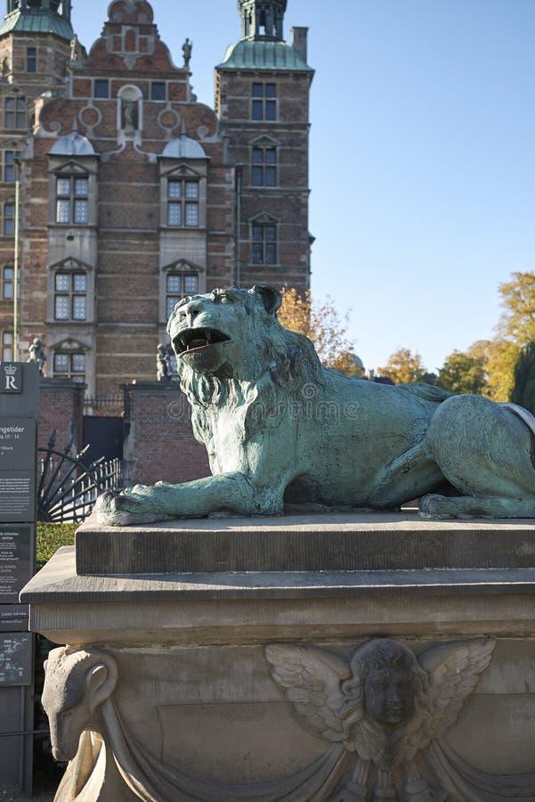 Sculpture en lion devant le château de Rosenborg image stock