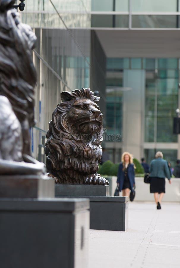 Sculpture en lion par l'entrée de bureau photo libre de droits
