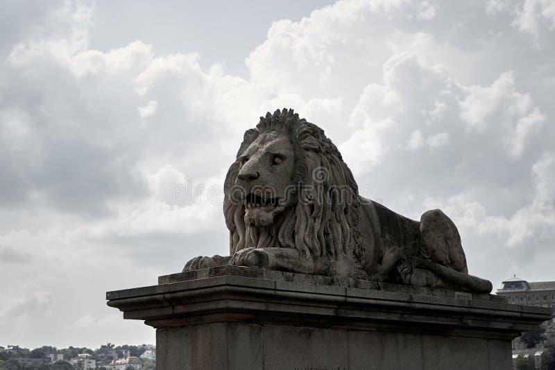 Sculpture en lion sur l'ensemble image stock