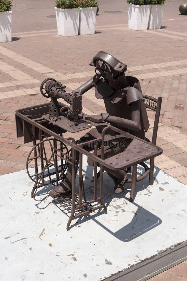 Sculpture en métal dans la plaza San Pedro Claver Cartagena images libres de droits