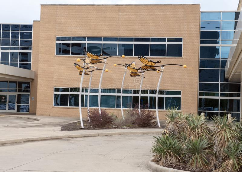 Sculpture en papillon de monarque par David Hickman en dehors de centre ambulatoire de chirurgie de Parkland Simmons, Dallas, le  photo stock