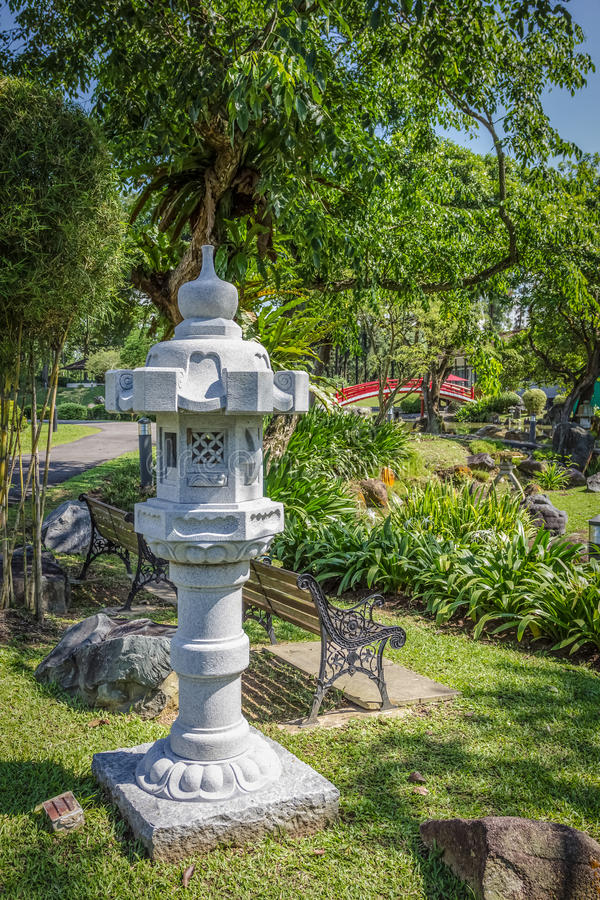 sculpture en pierre en lanterne dans le jardin photo stock image du paisible destination. Black Bedroom Furniture Sets. Home Design Ideas