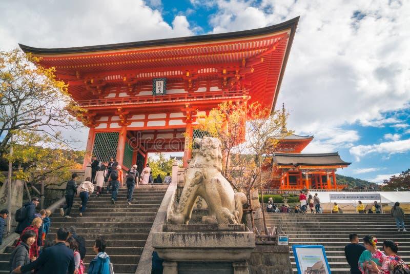 Sculpture en pierre en lion devant l'entrée au temple de Kiyomizu-dera, Kyoto, Japon image stock