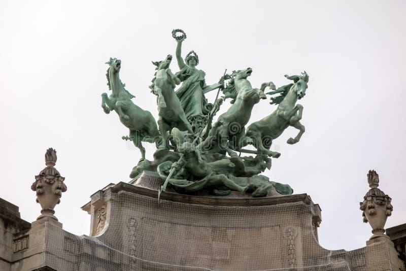 Sculpture en Quadriga à Paris, France sur le palais grand de façade image libre de droits