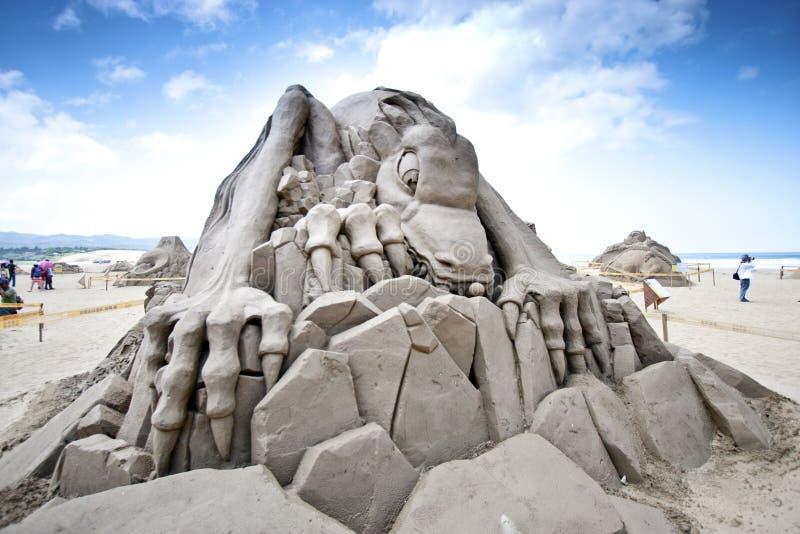 Sculpture en sable de dinosaur photographie stock libre de droits