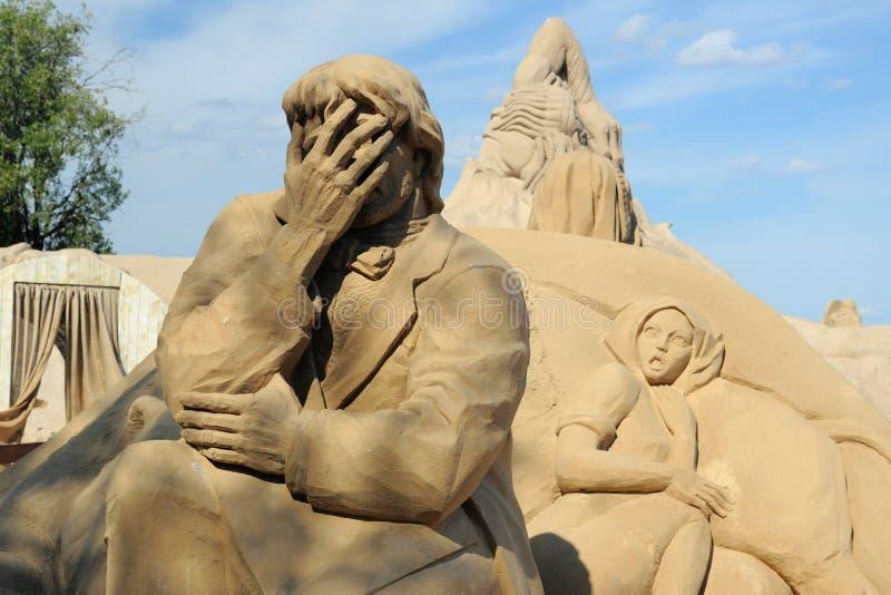Sculpture en sable : visage-paume photographie stock libre de droits