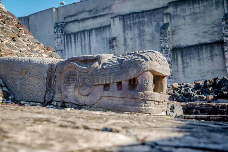 Sculpture en serpent dans le maire aztèque de Templo de temple aux ruines de Tenochtitlan - Mexico, Mexique photos stock