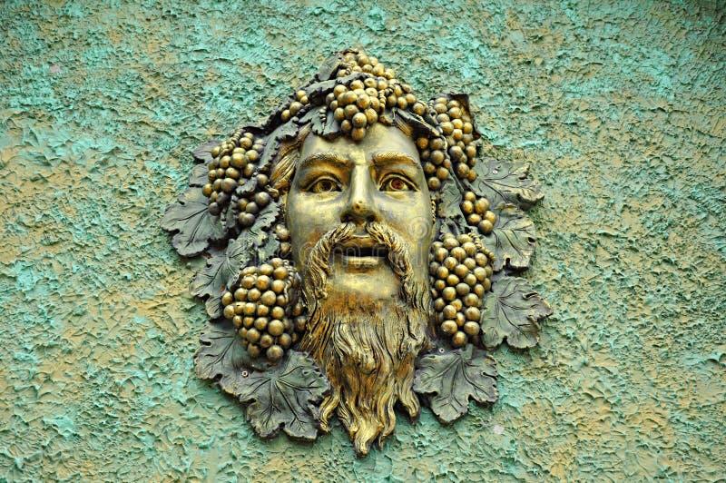 Sculpture en soulagement de visage sur le rétro mur en béton photo libre de droits