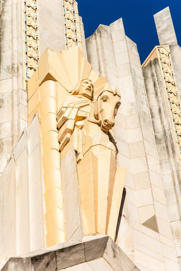 Sculpture en terre cuite sur la façade de l'Église Méthodiste Unie d'avenue de Boston à Tulsa, CORRECTE photographie stock
