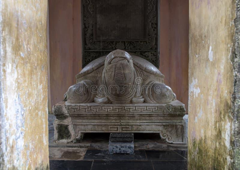Sculpture en tortue avec le stele sur le dos, pagoda de Thien MU, Hue, Vietnam images stock