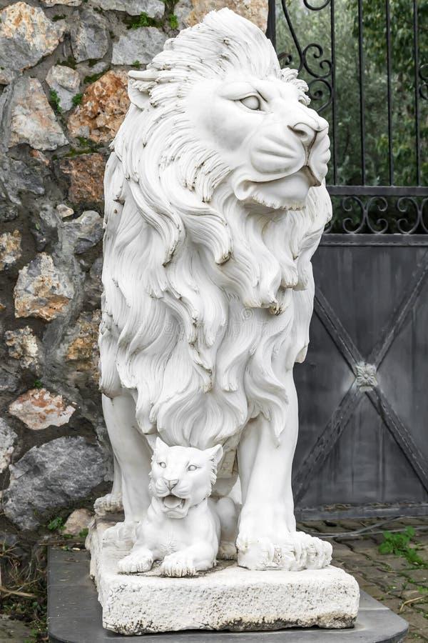 Sculpture en ville d'un lion et d'un petit animal de lion à l'entrée Point de repère local Front View photo stock