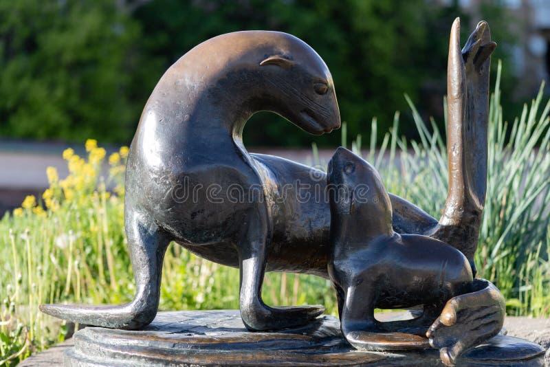 Sculpture en zoo de Moscou le 17 mai 2019 Moscou d'un joint avec un bébé, un symbole de l'amour et Ca image stock