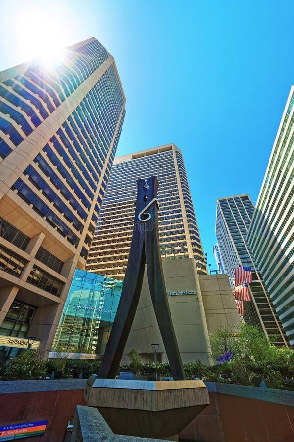 Sculpture et gratte-ciel en pince à linge au centre de la ville de Philadelphie images stock