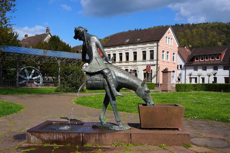 Sculpture-fontain 'Baron Munchausen on horseback' in Bodenwerder, Duitsland stock foto