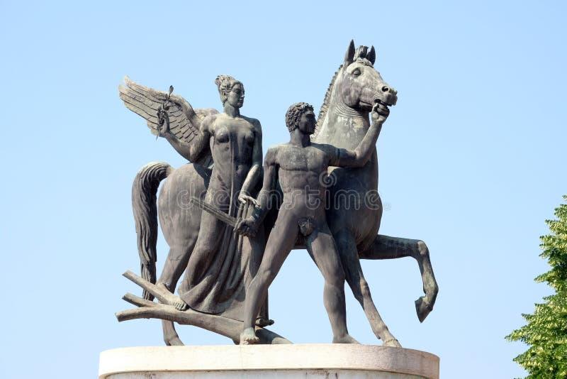 Sculpture héroïque en métal sur le della Vittoria de ponte à Vérone images stock