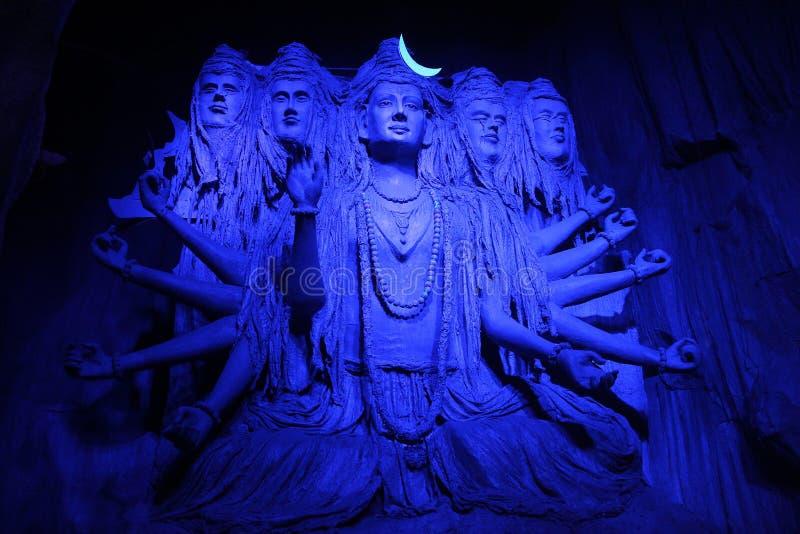 Sculpture hypnotisante de Lord Shiva dans une lumière bleue pendant le festival de Ganpati, Pune image stock