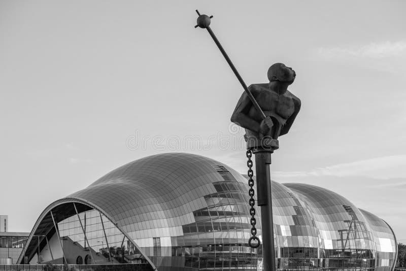 Sculpture moderne devant la salle de concert de Sage Gateshead dans le blac photographie stock libre de droits