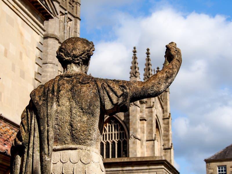 Sculpture romaine antique en soldat à Bath, R-U photographie stock libre de droits
