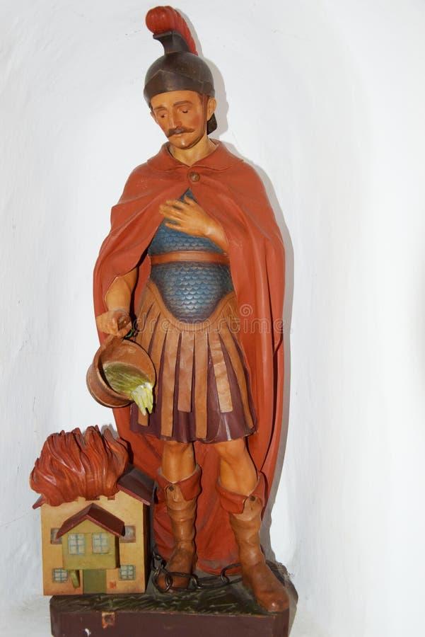 Sculpture romaine traditionnelle en soldat en montagnes de Dolomity, Italie images libres de droits