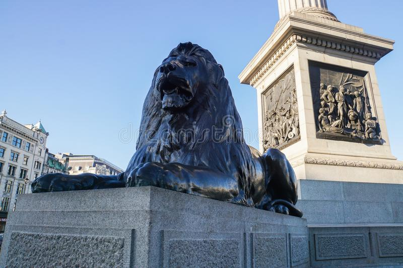 Sculpture se reposante en lion chez Trafalgar Square à Londres photo stock