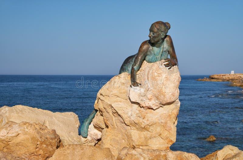 Sculpture Sol Alter av Yiota Ioannidou - en del av ett öppet luftmuseum i Paphos Cypern royaltyfria bilder