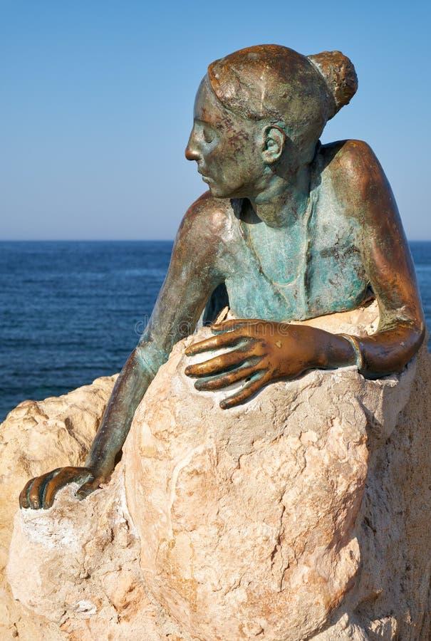Sculpture Sol Alter av Yiota Ioannidou - en del av ett öppet luftmuseum i Paphos Cypern royaltyfri bild