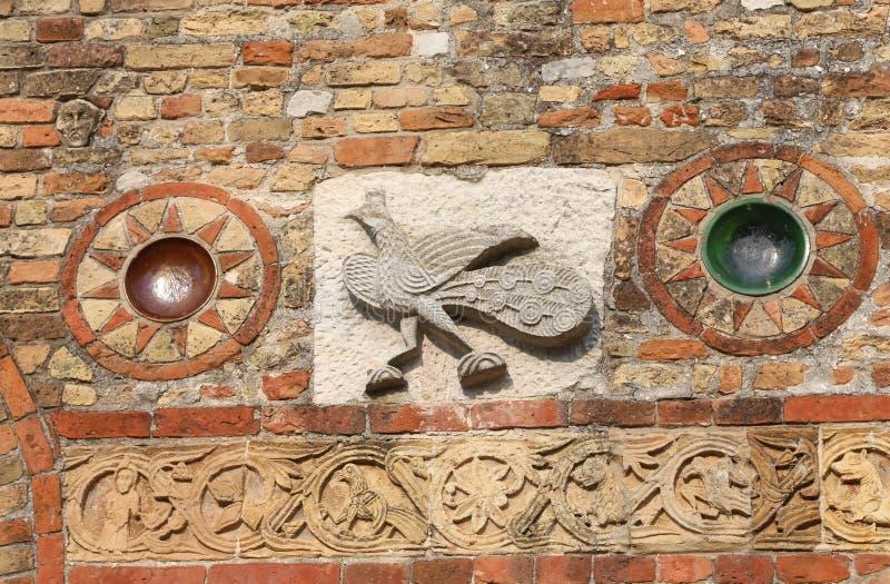 sculpture sur la façade d'abbaye de Pomposa en Italie photos libres de droits