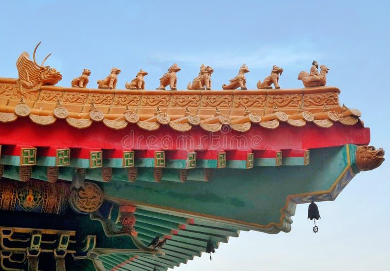 Sculpture sur le gardien et petite cloche sur le toit du tombeau chinois photographie stock libre de droits