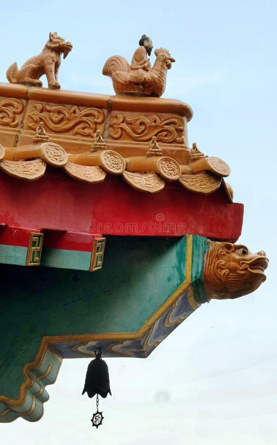 Sculpture sur le gardien et petite cloche sur le toit du tombeau chinois photos libres de droits