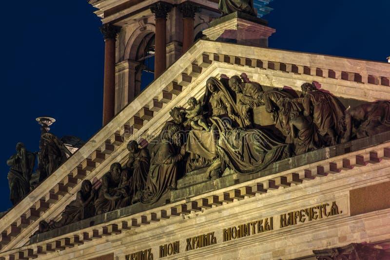 Sculpture sur le toit de la cathédrale de stIsaac à St Petersburg photo stock