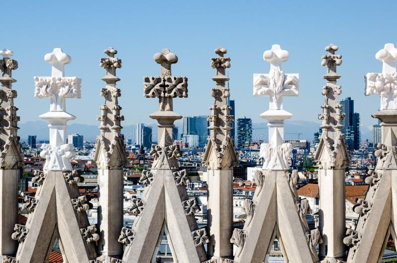 Sculpture sur le toit du dôme de Milan avec le paysage de Milan à l'arrière-plan photos libres de droits