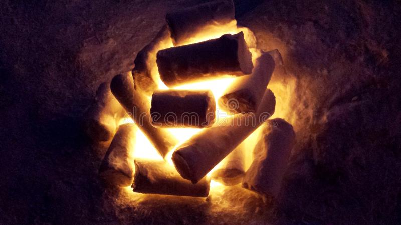 Sculpture sur neige en feu de camp photos stock