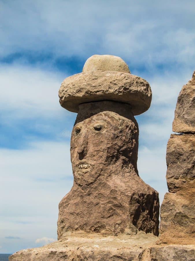Sculpture traditionnelle d'un buste du ` s d'homme sur l'île de Taquile, dans le Lac Titicaca photo libre de droits