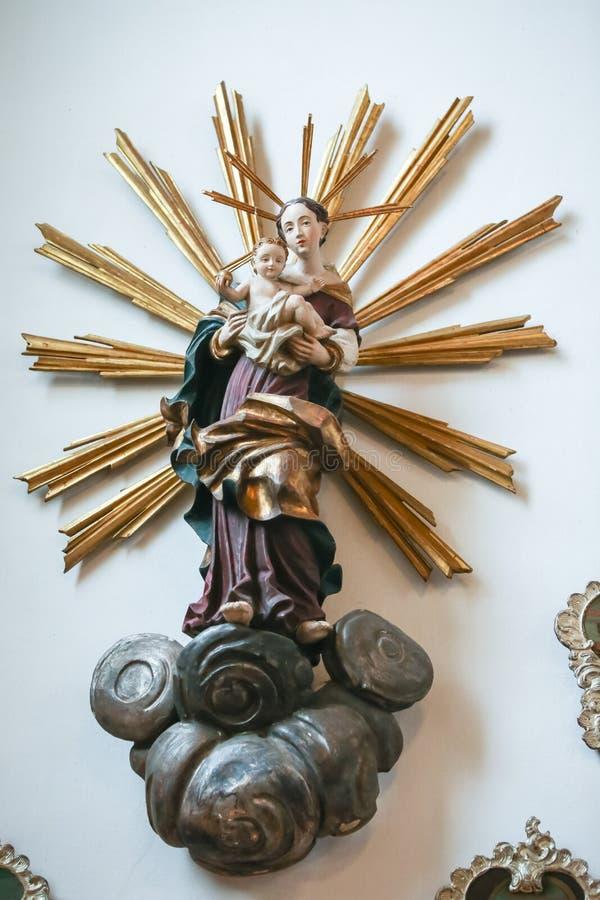Sculpture Vierge Marie et de bébé Jésus images libres de droits