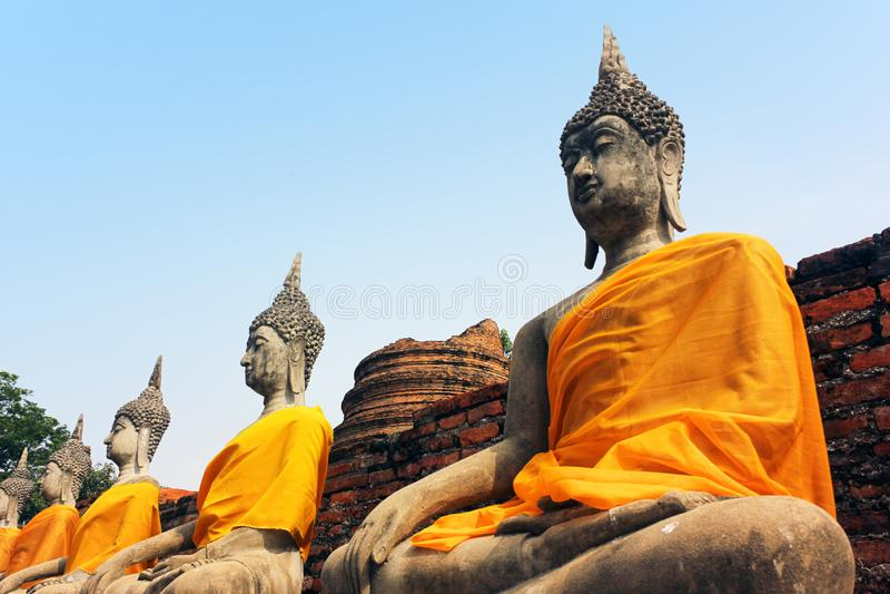 Sculptures antiques de Bouddha dans le vieux temple de Wat Yai Chaimongkol à Ayutthaya, Thaïlande images stock