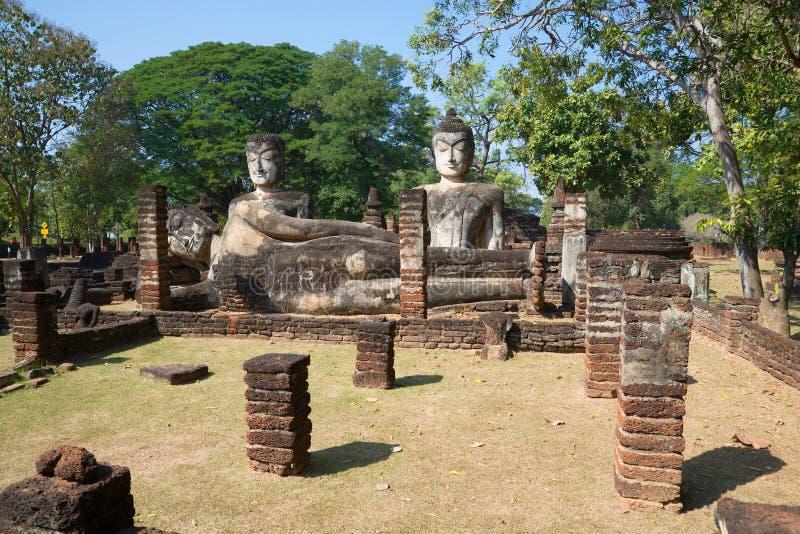 Sculptures antiques de Bouddha sur les ruines du temple bouddhiste de Wat Phra Kaeo de la ville Kampaeng P image stock