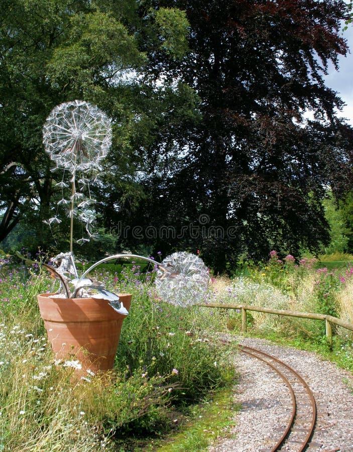 Sculptures cachées de fées et de dandelions à Trentham Estate 1 photographie stock