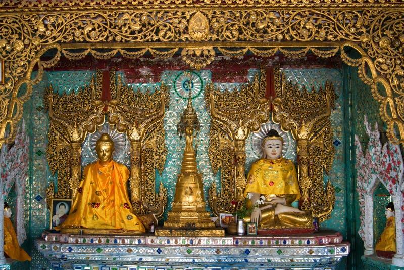 Sculptures d'un Bouddha assis dans une des pagodas du complexe de temple de Shwedagon Yangon, Myanmar images stock